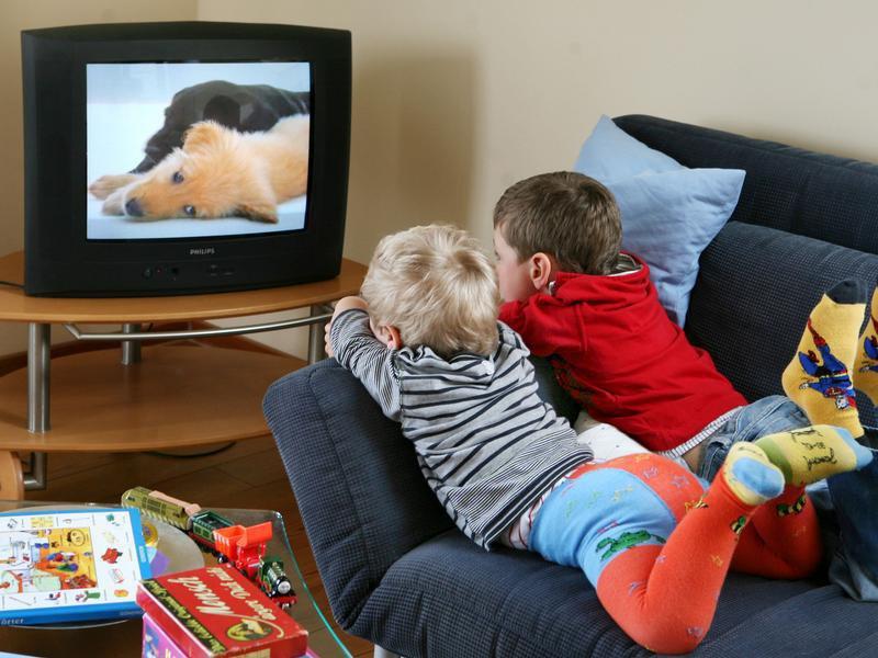 Можно ли грудным детям смотреть телевизор: почему нельзя