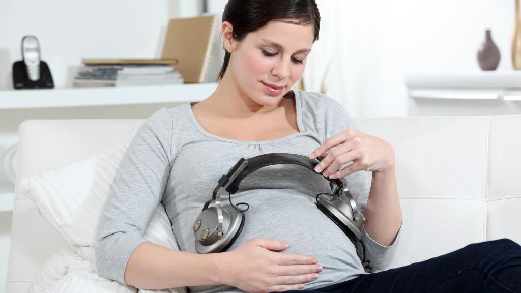 4 способа общаться с ребёнком во время беременности