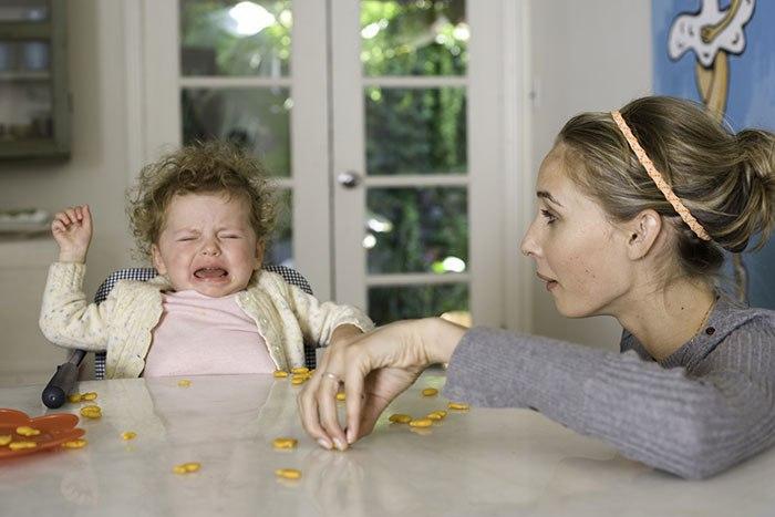 Если ребенок закатывает истерики – в магазине, на детском празднике, в гостях