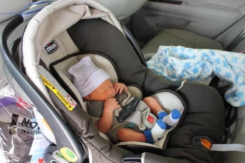 Как по правилам перевозить в машине грудного ребенка и можно ли это делать