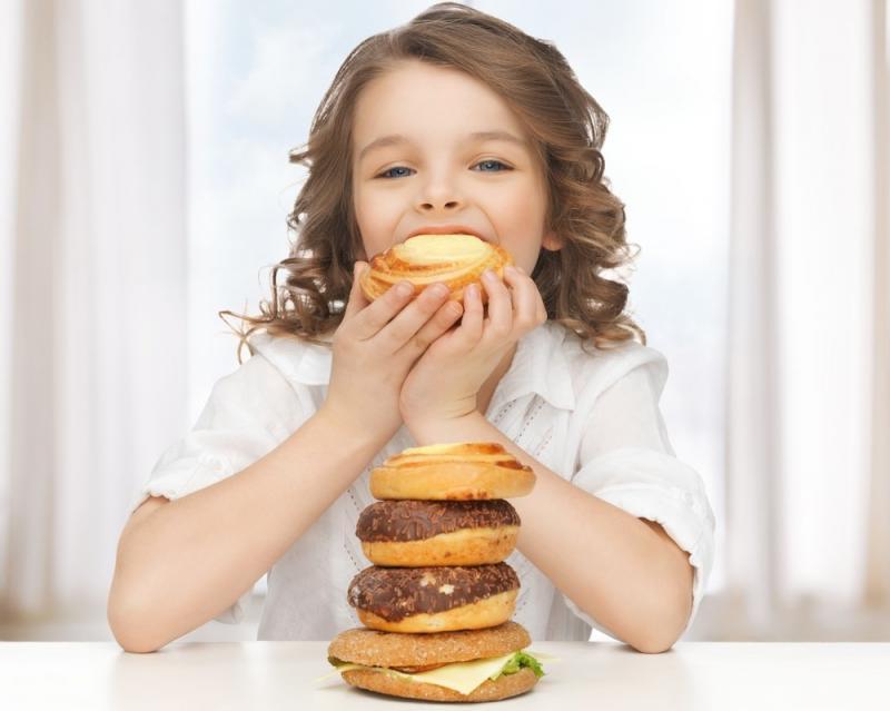 Комаровский: 5 причин, почему кормить ребенка «под телевизор» – плохая идея