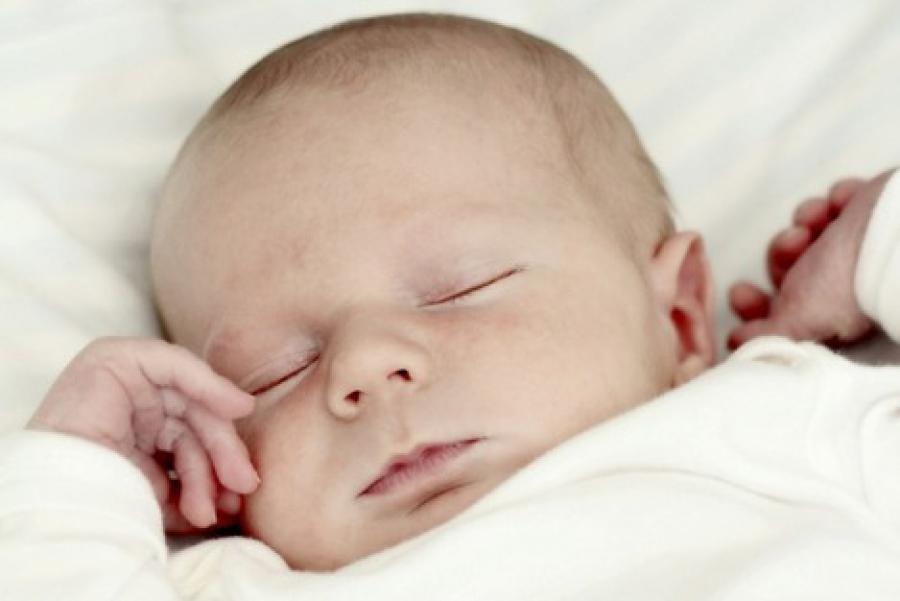 Новорожденный мало спит и ест: почему грудничок плохо спит