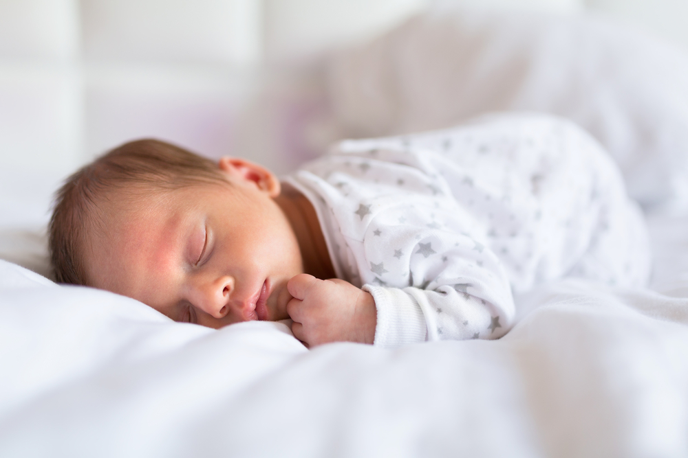 Ребенок спит только на руках: в чём причины и что делать?