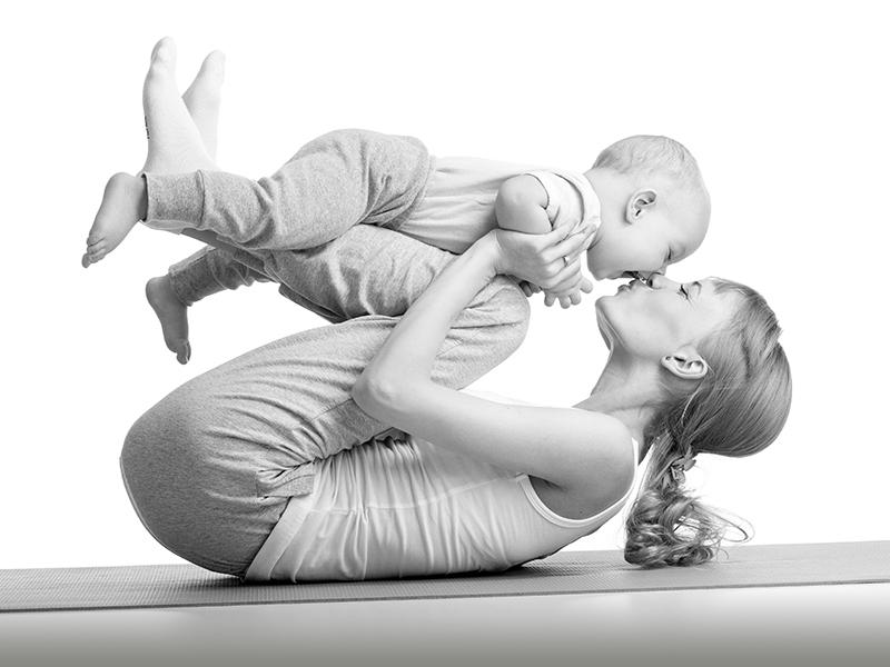 Фитнес дома для молодой мамы, ребенок в качестве тренажера