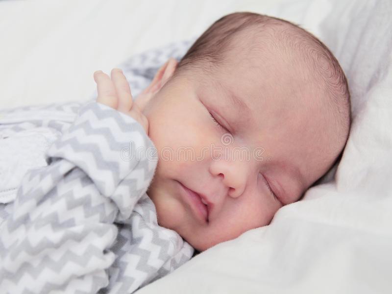 Почему грудной ребенок не спит днем и ночью?