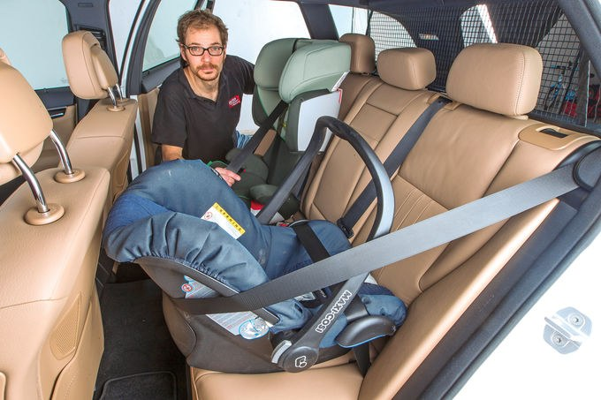 Как перевозить грудного ребенка в машине?