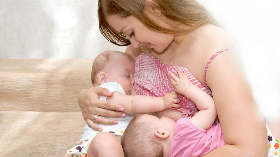 8 советов, как отлучить от груди двойняшек