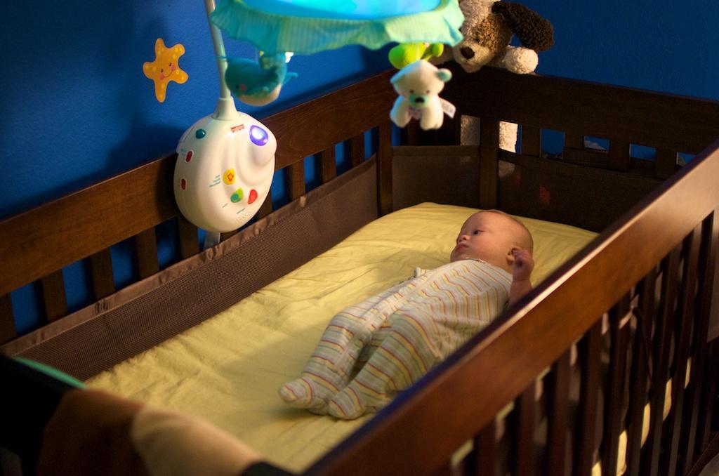 Как уложить ребенка спать днем: способы укачивания