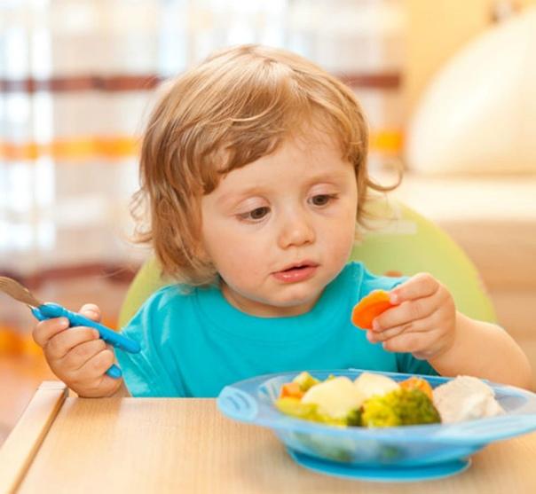 Ребенок 2,5 привык есть под мультики и вообще слишком привык к мультикам. как отучить? без мультиков ест под песенки и книжки.
