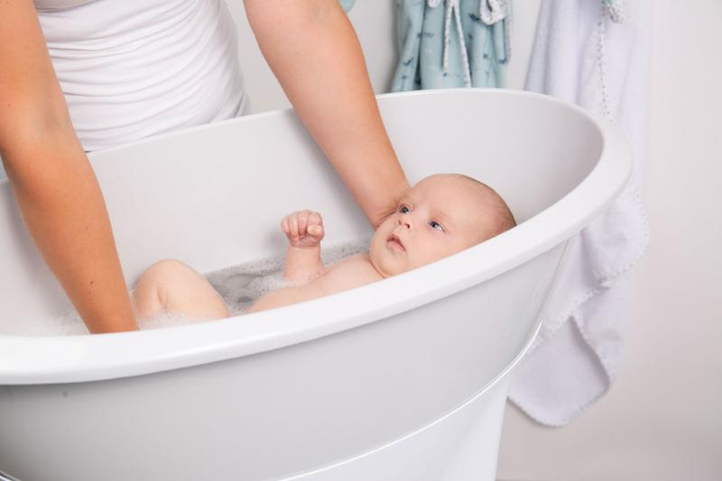 Купание новорожденного: как правильно купать грудничка первый раз дома, ванночка, температура воды для купания