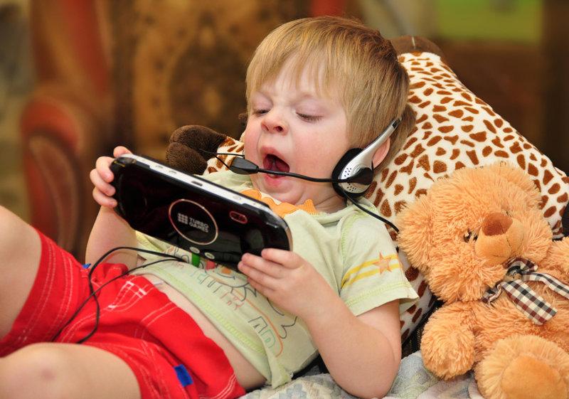 Дети и телевизор: стоит ли приучать ребёнка смотреть тв?