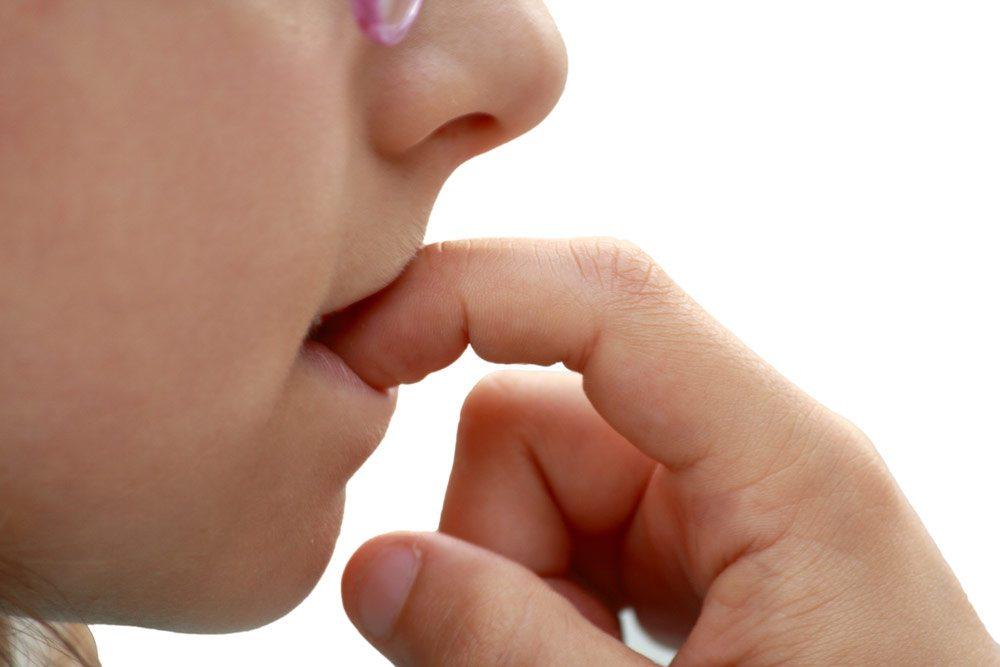 Как отучить маленьких детей сосать пальцы?