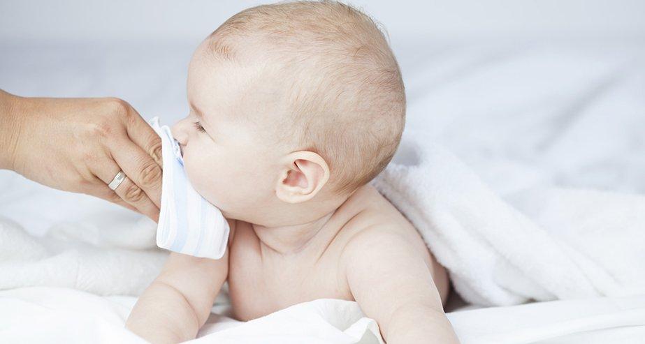 Зеленые сопли у ребенка: заразны или нет? когда идти в детский сад? лечение насморка у детей
