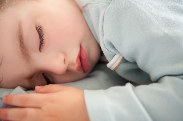 Почему ребёнок спит с приоткрытыми глазами