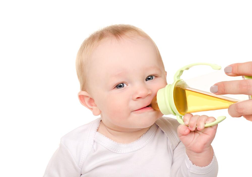 Напитки для малышей: вода, сок и чай для новорожденных
