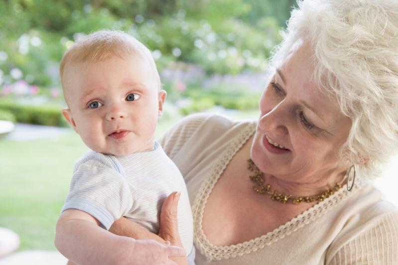 Бабушка или няня: кого выбрать?
