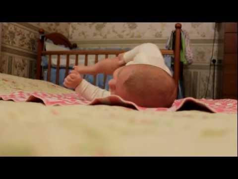 Как научить ребенка переворачиваться с живота на спину, когда он начинает это делать + советы доктора комаровского, видео