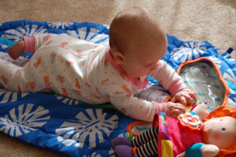 Когда ребенок начинает переворачиваться со спины на живот