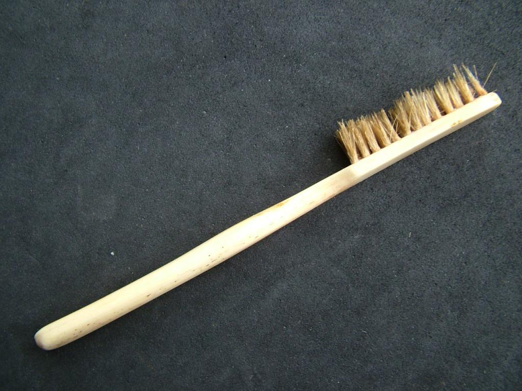 Кто изобрел или первый придумал зубную щетку с натуральной щетиной, и когда она появилась в россии?
