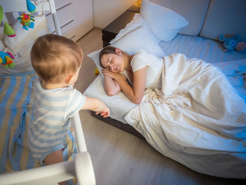 Ребенок спит только на руках: причины, плюсы и минусы, как отучить