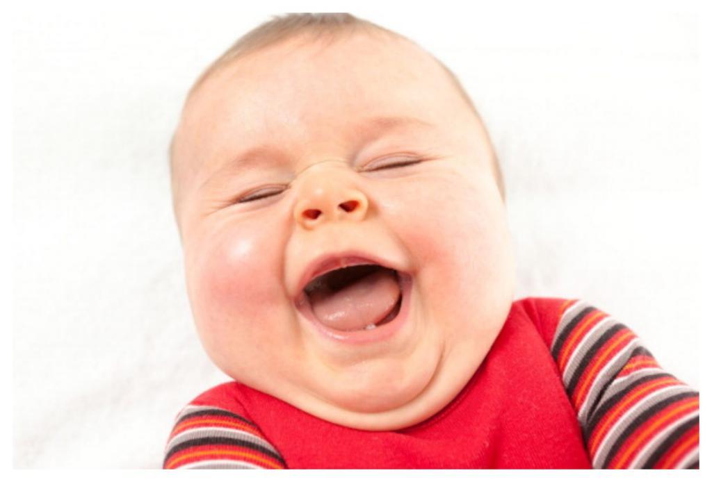 Во сколько месяцев грудничок начинает смеяться: что делать, если он не смеется