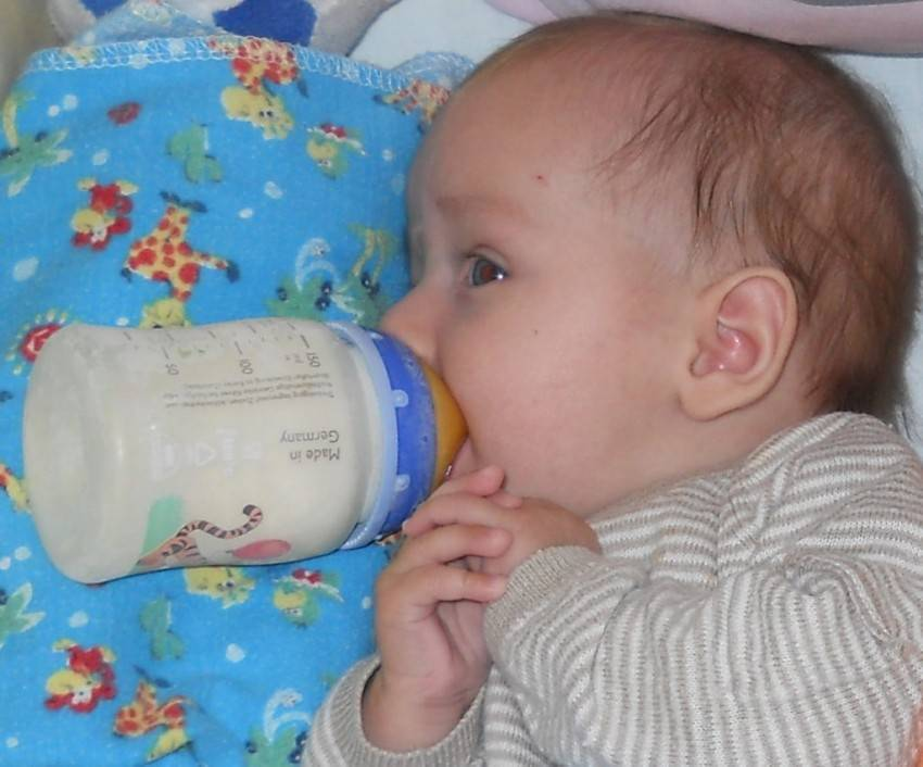 Ребенок 1.5 месяца срыгивает фонтаном. грудничок срыгивает фонтаном