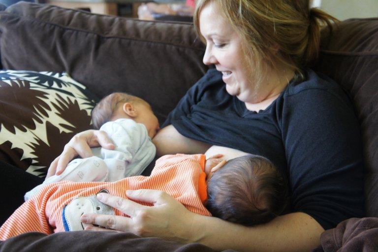 Двойня: как кормить грудью сразу двух малышей - parents.ru