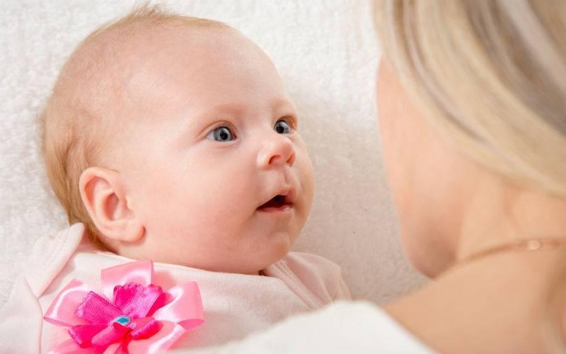 Когда новорожденный начинает видеть и слышать: особенности развития