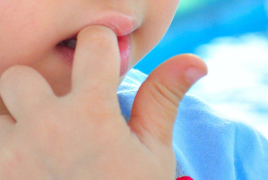 Ребёнок сосёт кулак: почему он это делает и что предпринять родителям