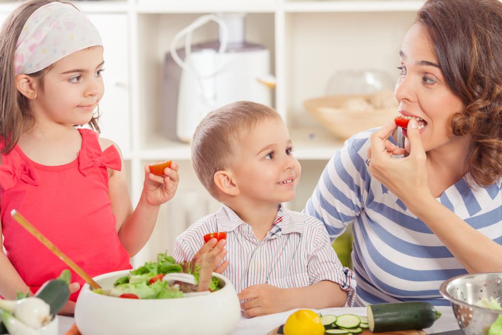 10 способов приучить ребенка есть овощи (или навсегда отвратить от них)