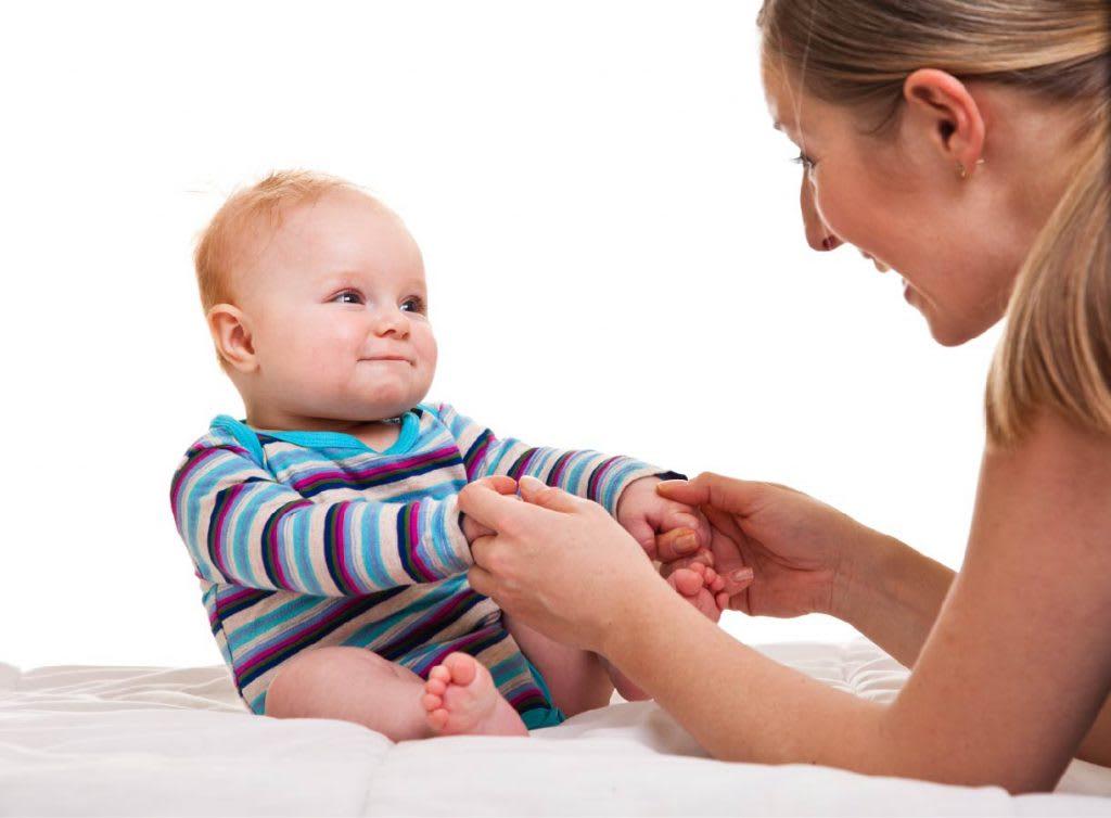 Во сколько месяцев ребенок начинает садиться?