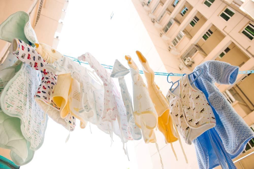 Как и чем стирать детские вещи для новорожденных в стиральной машине, при какой температуре?