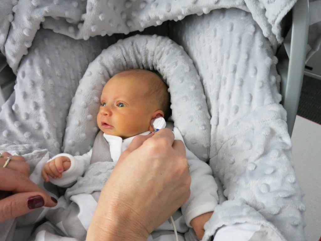 Как понять, что у ребенка проблемы со слухом, и как ему помочь