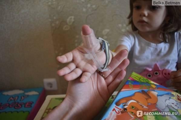 Ребенок сосет палец: почему и как отучить?