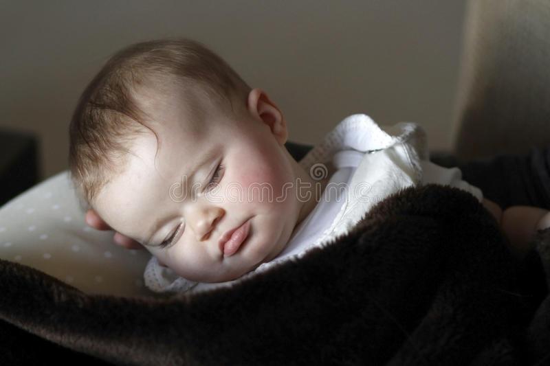 Почему новорожденные и груднички спят с открытыми глазами 2021
