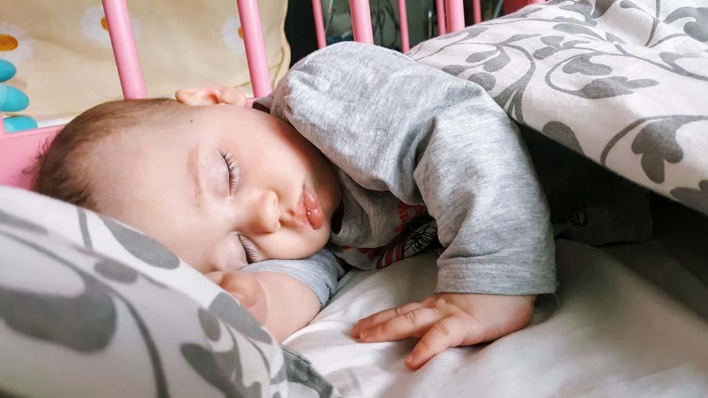 Когда дети начинают спать всю ночь?
