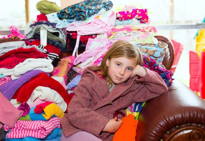 Нужен ваш совет: ну куда ж, собственно, складывать детю снятую одежду?..