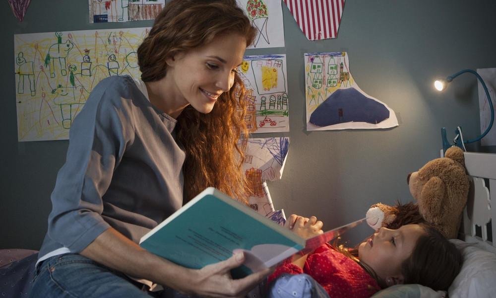Нужно ли читать сказки на ночь детям: преимущества и с какого возраста можно начинать?