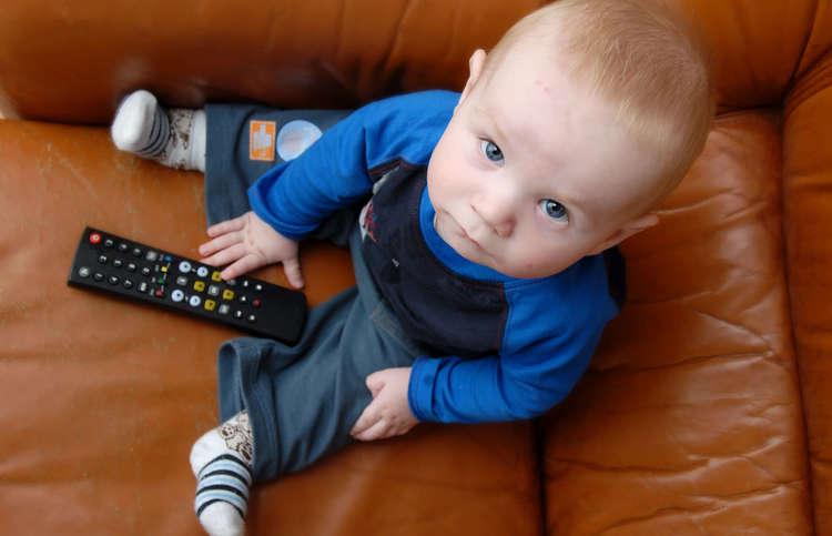Почему детям до 2 лет нельзя смотреть телевизор и играть с гаджетами