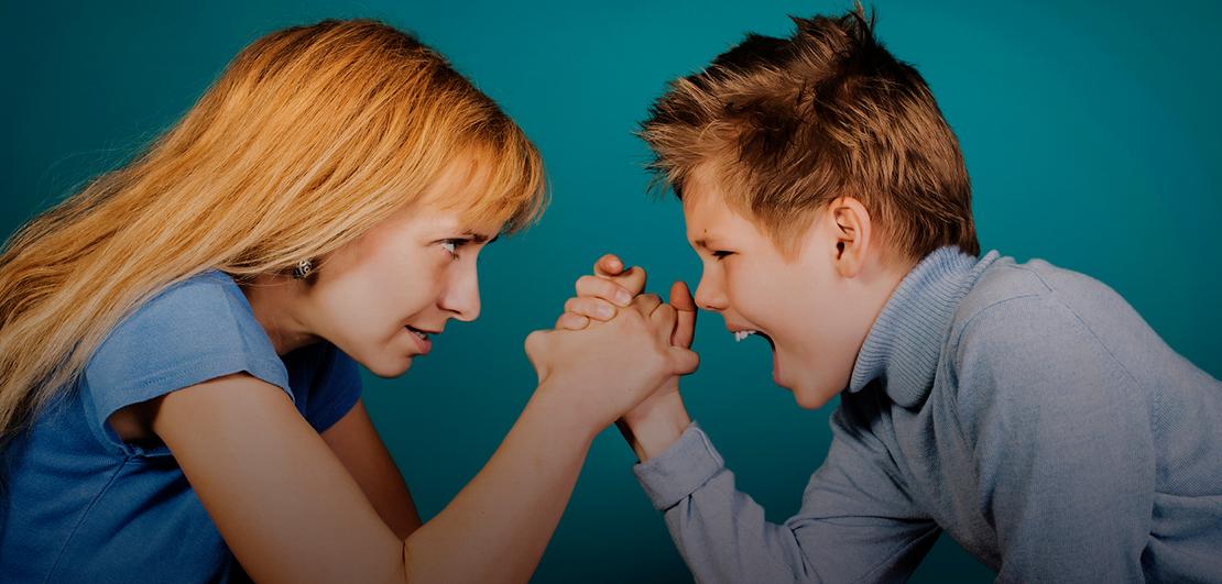 Почему ребенок бьет маму? что делать, если маленький ребенок бьет маму?
