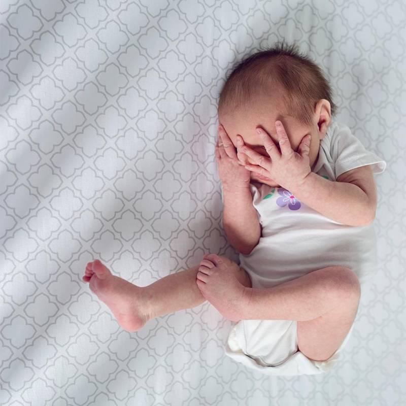 Почему ребенок плачет во сне и не просыпается, издает звуки по ночам: причины