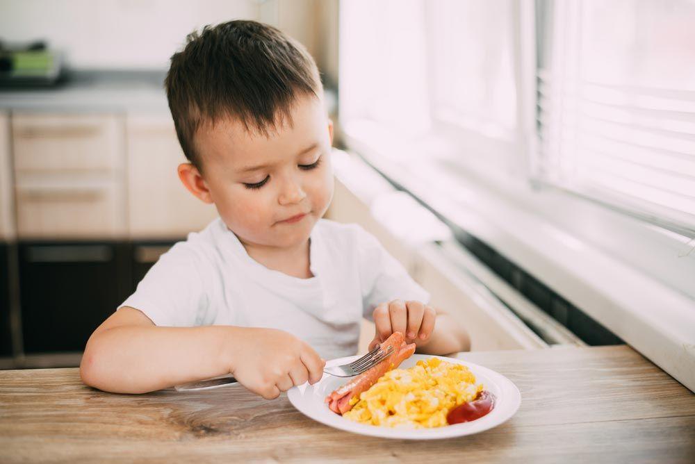 Ребенок 2,5 привык есть под мультики и вообще слишком привык к мультикам. как отучить? без мультиков ест под песенки и книжки. ~ я happy mama
