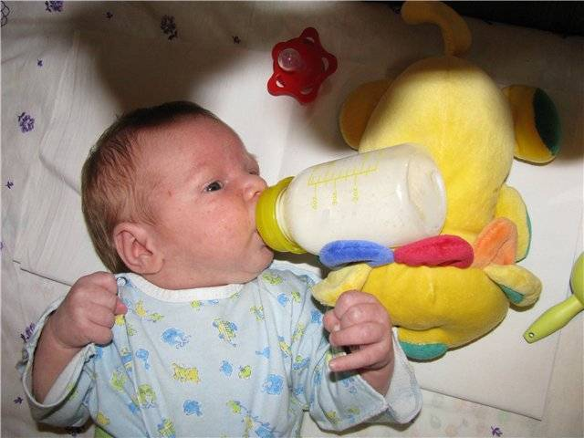 Почему ребенок срыгивает водой после кормления?