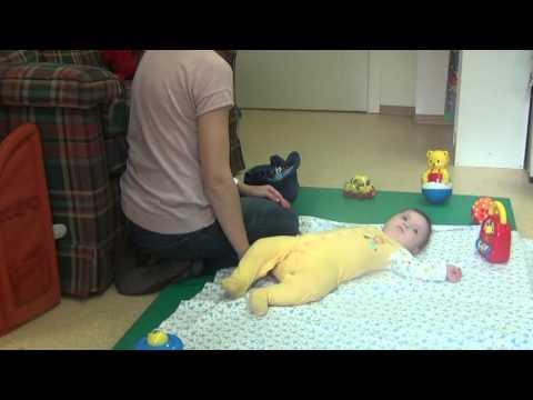 Во сколько месяцев ребенок начинает переворачиваться со спины на живот, с живота на спину: +3 видео
