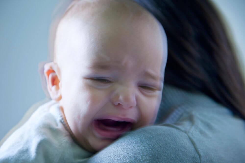 Новорожденный ребенок плачет. почему?