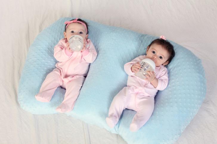 Уход за новорожденной двойней