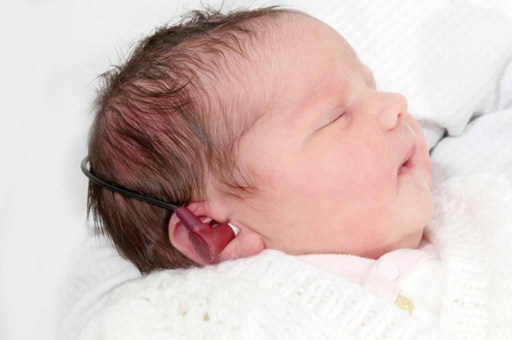 Когда новорожденный ребенок начинает слышать и видеть