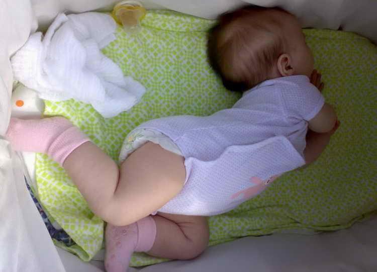 Почему младенец выгибается и плачет