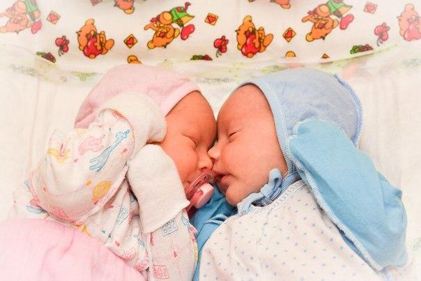 Как управляться с новорожденными двойняшками: главные советы для мам