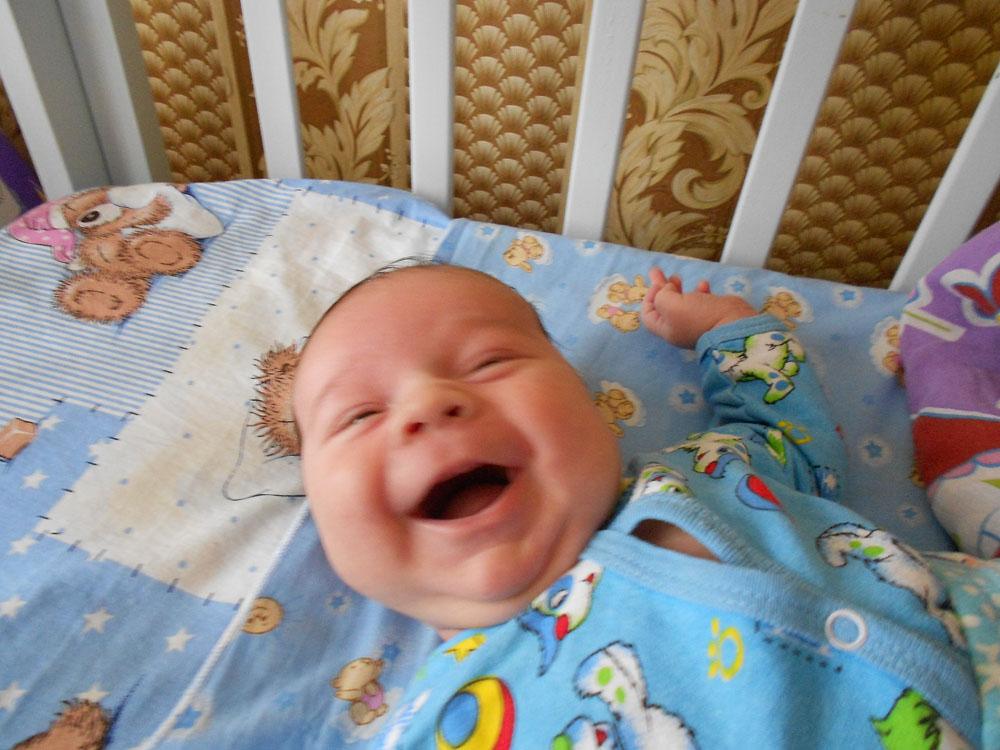 Когда ребенок начинает смеяться в голос